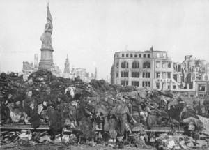 Bundesarchiv_Bild_183-08778-0001,_Dresden,_Tote_nach_Bombenangriff