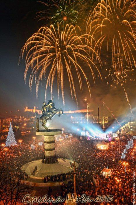 Посрещане на Новата 2013 година в Македония. Скопие, площад Македония, 00:00 часа. В центъра на площада паметникът на Аце Големиот.