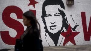 3out2012---mulher-passa-diante-de-grafite-representando-o-presidente-hugo-chavez-em-caracas-as-eleicoes-venezuelanas-ocorrem-no-proximo-domingo-e-hoje-e-o-penultimo-dia-de-campanhas-1349303112464_1920x1080