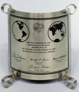 Астронавтите оставят на Луната метална пластина с исторически надпис и автографи.