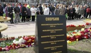 Цветы у места стрельбы на Народном бульваре в Белгороде