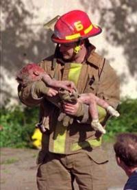 www.mспасител изнася ранено дете от клонка давидова onitor.bg