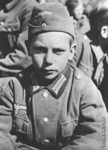 1313145961_plennyy-13-letniy-nemeckiy-soldat-iz-gitleryugenda-v-martincelle