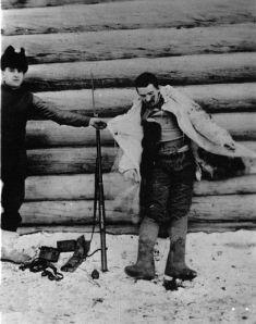Американец позира до трупа на убит болшевик