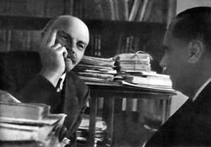 1920-g.oktyabr-.Moskva.V.I.Lenin-v-svoyom-kabinete-v-Kremle-beseduet-s-anglijskim-pisatelem-Gerbertom-Ue-llsom.
