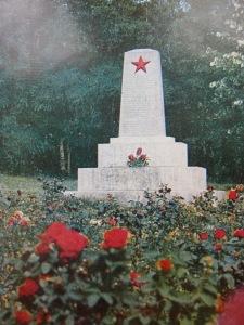 Партизани Паметникът на мястото, където са разстреляни 18-те човека от с. Ястребино, между които и 6 деца. Издигнат е през август 1946 г.