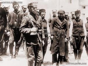 Войници конвоират Оранжевата гвардия на Стамболийски