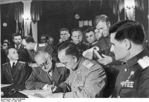 Жуков подписва акта на каиптулацията на Германия Вишински 41