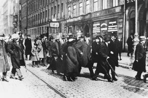 Ленин и руски емигранти пристигат в Стокхолм, 1917 г.