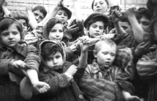 Auschwitz_children_1945