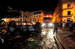 A fire engine arrives at the scene of explosions near judicial buildings in Benghazi July 28, 2013. Explosions rocked Benghazi on Sunday in what appeared to be attacks on judicial buildings, a security official said, a day after more than 1,100 inmates escaped during a prison riot there. Ten people were slightly wounded in one of the blasts which targeted a court in the north of the city, said Mohammed al-Hijazy, a spokesman for Benghazi security operations. REUTERS/Esam Al-Fetori (LIBYA - Tags: POLITICS CIVIL UNREST) - RTX1232Y