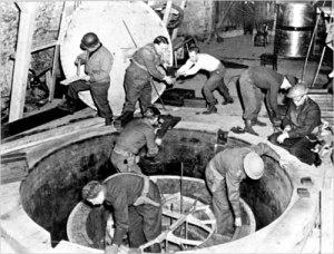 Демонтаж на немски ядрен обект от американски войници