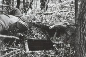 Съветски войник открива землянка на украински бандеровци в гора