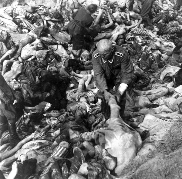 Зверства фашисти Берген Белзен нацист дърпа мъртви тела_orig