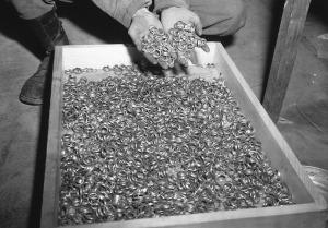 Зверства фашисти брачни халки скрити в шахти orig