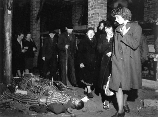 Зверства фашисти граждани разглеждат концлагери по заповед на американците_orig