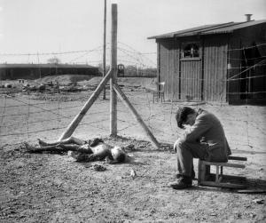 Зверства фашисти млад човек около изгорял труп в концлагер_orig