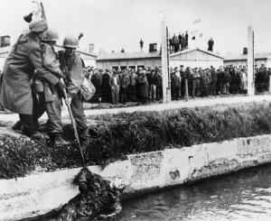 Зверства фашисти убит охранител от СС от освободени концлагеристи Дахау_orig