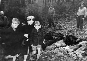 Зверства фашисти убити руснаци немска жена закрива очи син orig
