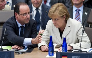 French President Francois Hollande (L) speaks with German Chancellor Angela Merkel (R) during a meeting with partner nations in Chicago during the NATO 2012 Summit on May 21, 2012.     AFP PHOTO/Saul LOEB