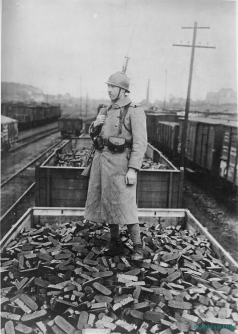 Die Okkupation des Ruhrgebietes durch die französischen Truppen im Januar 1923.  Französischer Posten bewacht einen Güterbahnhof im besetzten Ruhrgebiet.