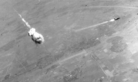Съветска ракета улучва американски самолет по време на войната във Виетнам