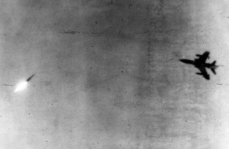 Американски самолет се опитва да избяга от съветска ракета от ЗРК Двина