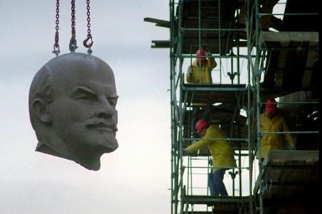 ARCHIV - Der Kopf von Lenin haegt am 13. November 1991 an einem Kran beim Abriss des Denkmals in Berlin. Der gigantische, dreieinhalb Tonnen schwere Kopf des 1991 gestuerzten Berliner Lenin-Denkmals soll aus seiner letzten Ruhestaette in einem Sandhuegel in Berlin-Koepenick exhumiert und fuer eine Ausstellung ans andere Ende der Stadt gebracht werden. Dies bestaetigte die zustaendige Ausstellungsmacherin Andrea Theissen am Dienstag, 7. Juli 2009, der AP. (AP Photo/Hansi Krauss) ** zu unserem KORR ** FILE - The huge granite head of Berlin's Lenin statue is hanging at a crane during its dismantling in Berlin November 13, 1991. After four days of preparation the 63 feet tall statue comes down. (AP Photo/Hansi Krauss)