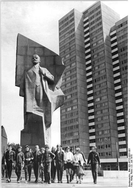 Zentralbild R. Heilig 22.7.70 Berlin: III. Kinder- und Jugendspartakiade der DDR-Leichtathleten, Schwimmer und Fußballer aus dem Bezirk Erfurt schauten sich in der wettkampffreien Zeit in Berlin um. Sie eröffneten die Serie der Stadtrundfahrt mit dem Spartakadeteilnehmern, bei denen berühmte Sehenswürdigkeiten, Kultur- und Gedenkstätten berührt werden. Nacvh einer Ehrung am Lenin-Monument (Foto) ging diese erlebnisreiche Fahrt zu Ende.