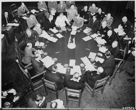 Потстдам Closer_view_of_round_conference_table_from_above,_taken_at_the_Potsdam_Conference_during_newly_elected_British_Prime..._-_NARA_-_198703