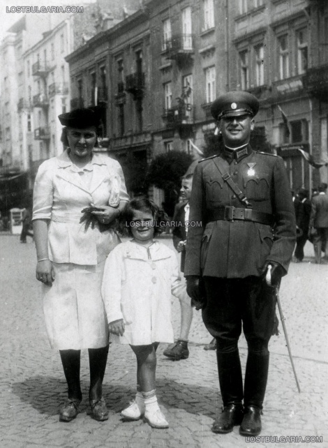 Поручик и семейството му по време на тържествата по повод присъединяването на Южна Добруджа към Царство България