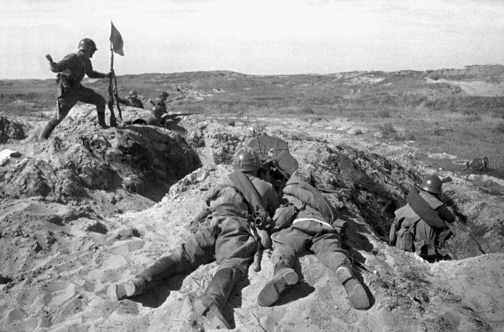 61241 01.08.1939 Солдат устанавливает флаг во время боя на сопке Ремизова у реки Халхин-Гол. Виктор Темин/РИА Новости