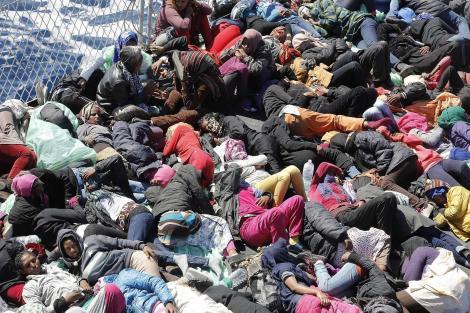 Migranti a bordo della Fregata Espero, in un'immagine d'archivio. ANSA/GIUSEPPE LAMI