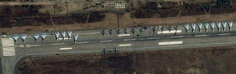Руски самолети Су-30СМ, 12 Су-24 и 12 Су-25 в Латакия, спътникова снимка