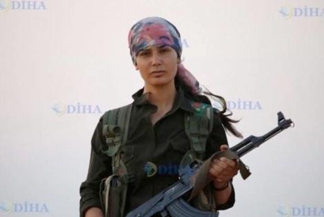 Кюрдска въоръжена жена