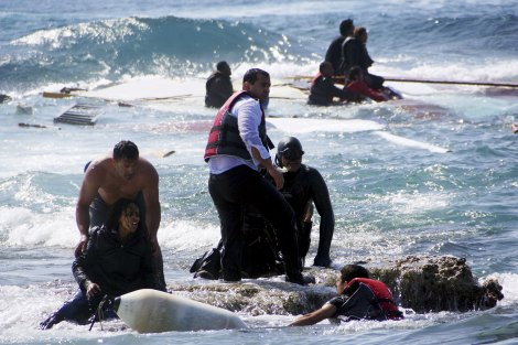 Migrants, who are trying to reach Greece, are rescued by members of the Greek Coast guard and locals near the coast of the southeastern island of Rhodes April 20, 2015. A wooden sailboat carrying dozens of immigrants ran aground on Monday off the coast of the Greek island of Rhodes and at least three people have drowned, the Greek coast guard said. REUTERS/Argiris Mantikos/Eurokinissi TPX IMAGES OF THE DAY GREECE OUT. NO COMMERCIAL OR EDITORIAL SALES IN GREECE NO SALES NO ARCHIVES *** Local Caption *** Para imigran yang berusaha mencapai Yunani, diselamatkan oleh anggota penjaga pantai Yunani dan warga setempat di dekat pesisir Rhodes, Yunani, Senin (20/4). Sebuah perahu layar yang membawa puluhan imigran karam di lepas pantai Rhodes Senin kemarin dan setidaknya tiga orang tenggelam dalam kecelakaan tersebut. ANTARA FOTO/REUTERS/Argiris Mantikos/Eurokinissi/ox/15.