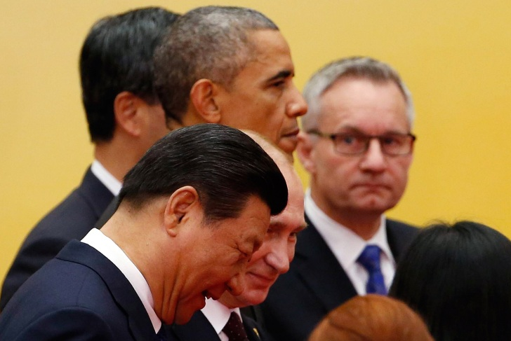 China's President Xi Jinping (front), Russia's President Vladimir Putin (2nd row), and U.S. President Barack Obama (3rd row) walk as they take part in an Asia-Pacific Economic Cooperation (APEC) family photo inside the International Convention Center at Yanqi Lake in Beijing, November 11, 2014. REUTERS/Kim Kyung-Hoon (CHINA - Tags: POLITICS BUSINESS) - RTR4DNOY