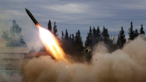 Jaish Al-Islam (Army of Islam) brigade fighters launch a rocket towards forces loyal to Syria's President Bashar Al-Assad located beside Damascus International airport, from the eastern Damascus suburb of Ghouta February 24, 2015.  REUTERS/Amer Almohibany (SYRIA - Tags: POLITICS CIVIL UNREST CONFLICT MILITARY TPX IMAGES OF THE DAY) - RTR4QXM1