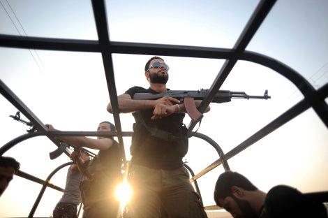 TUR06. ALEPPO (SIRIA), 29/07/2012.- Rebeldes patrullan hoy, domingo 29 de julio de 2012, una calle de Aleppo (Siria). El Consejo Nacional Sirio (CNS), el mayor grupo de la oposición siria en el exilio, pidió al Consejo de Seguridad de la ONU que proteja a los civiles sirios en Alepo y otras ciudades del país que son asediadas por el régimen de Damasco. EFE/STR/PROHIBIDO SU USO EN TURQUÍA SIRIA CONFLICTO